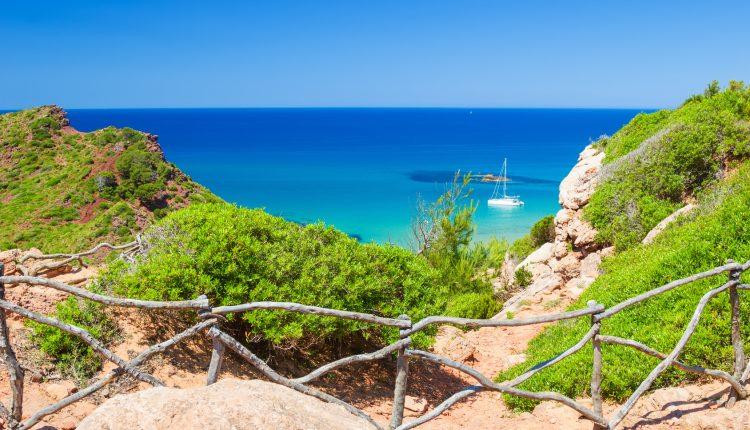 Menorca im Mai: 1 Woche All Inclusive im 3* Hotel inkl. Flügen, Rail & Fly und Transfers ab 318€