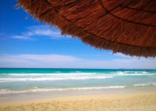 Mallorca: 1 Woche im 4* Apartment an der Playa de Muro inkl. Frühstück, Flug, Rail&Fly u. Transfer ab 363€
