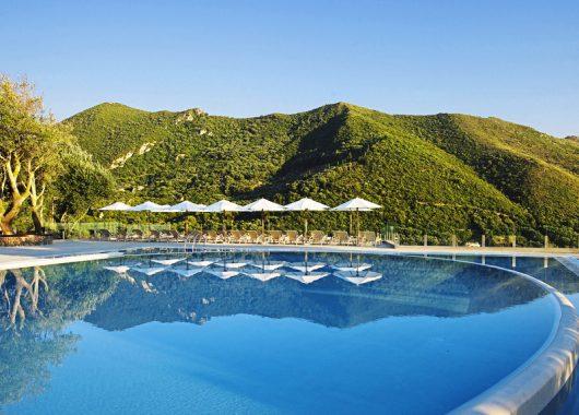 TUI-Deals: 1 Woche Korfu im 5-Sterne Resort mit spektakulärem Blick inkl. Rail&Fly, HP und Flug ab 712€