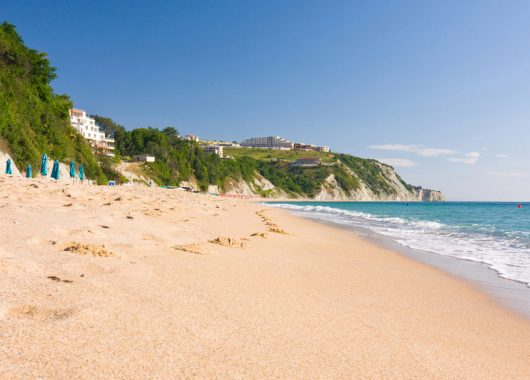 September – Oktober: 1 Woche Goldstrand im 4,5* Hotel mit All inclusive, Flug & Transfer ab 406€