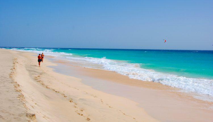 Lastminute: 2 Wochen Windsurfen auf Sal inkl. Aparthotel, Flug, Transfer und Zugticket ab 509€