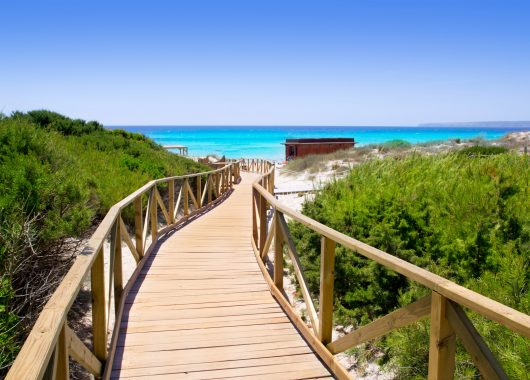 1 Woche Formentera im 3* Hotel inkl. HP, Flug, Rail&Fly und Transfer ab 465€
