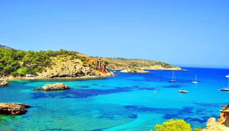 1 Woche Ibiza im Mai: 3* Hotel, Flug, Transfer und Rail&Fly ab 199€