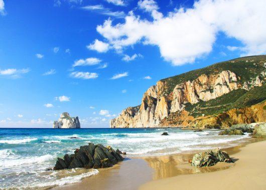 1 Woche Sardinien im Mai: 3* Apartment, Flug, Rail&Fly und Transfer ab 274€