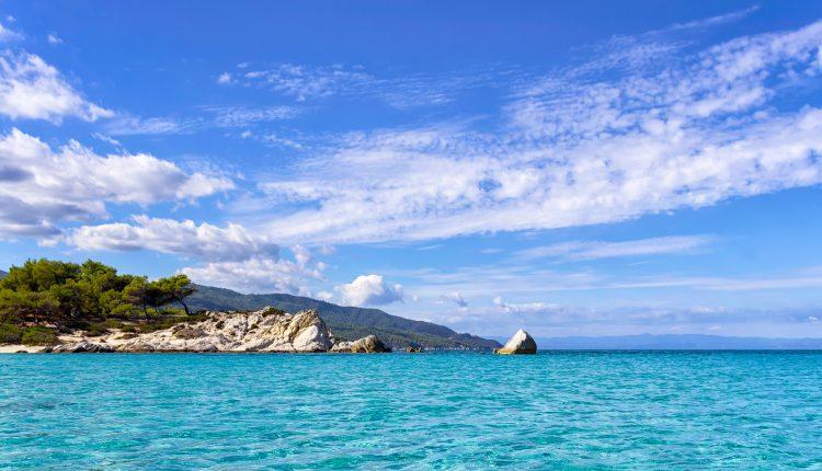 Super Last-Minute: 1 Woche Chalkidiki im 4* Resort mit All In, Flug, Rail&Fly u. Transfer ab 399€