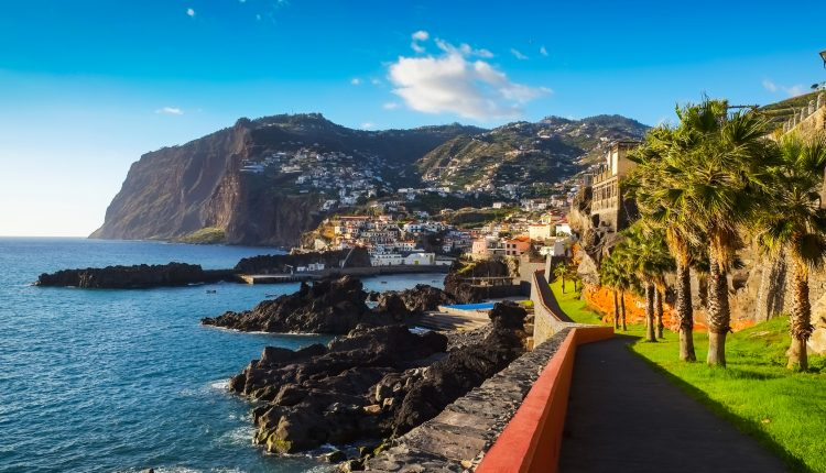 Last Minute Madeira: 1 Woche im 4*Hotel inkl. Frühstück, Transfers, Flügen und Zug zum Flug ab 375€