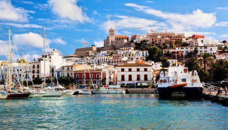 1 Woche Ibiza im 4* Hotel inkl. HP, Flug, Rail&Fly und Transfer ab 378€