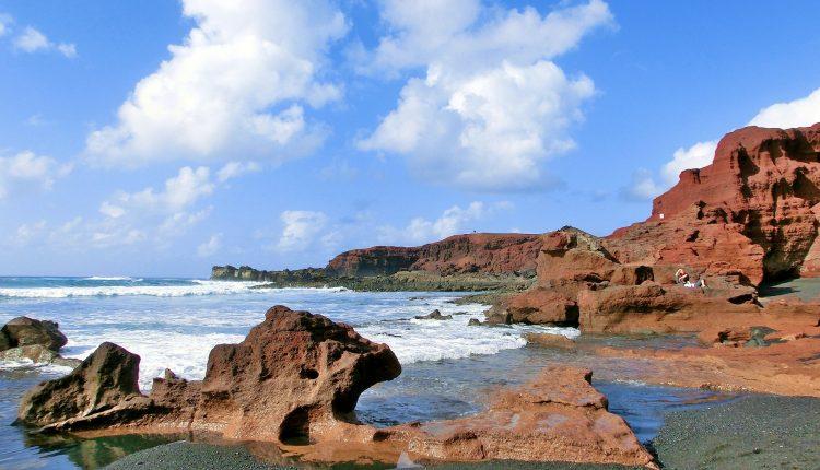 Dezember: 7 Tage Lanzarote im 3* Apartment, Flügen und Transfers ab 281€