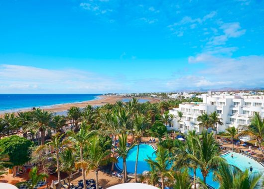 1 Woche Lanzarote im 4* Award-Hotel inkl. Frühstück, Flug, Rail&Fly und Transfer ab 360€