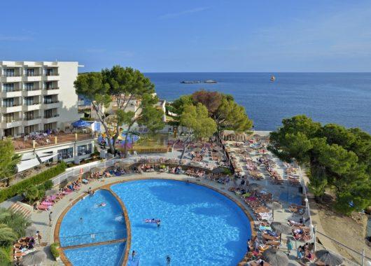 Frühbucher: Eine Woche Ibiza im 3* Hotel inkl. HP, Flug, Rail&Fly und Transfer ab 399€