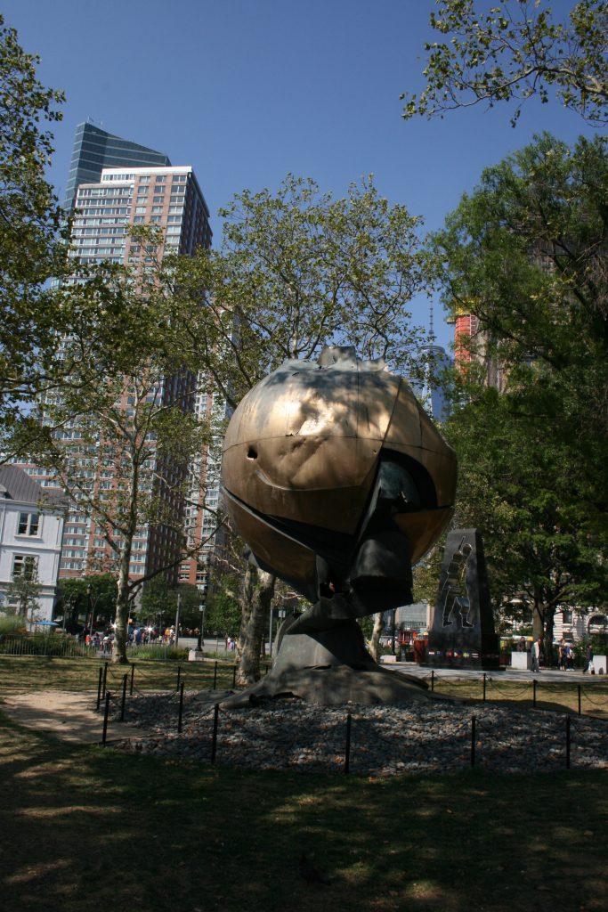 Denkmale wie The Sphere findet ihr hier im Park