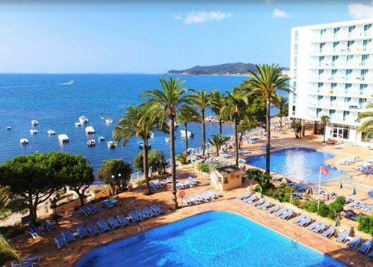 Frühbucher: Eine Woche Ibiza im 4,5* Hotel mit All In, Flug, Rail&Fly u. Transfer ab 565€
