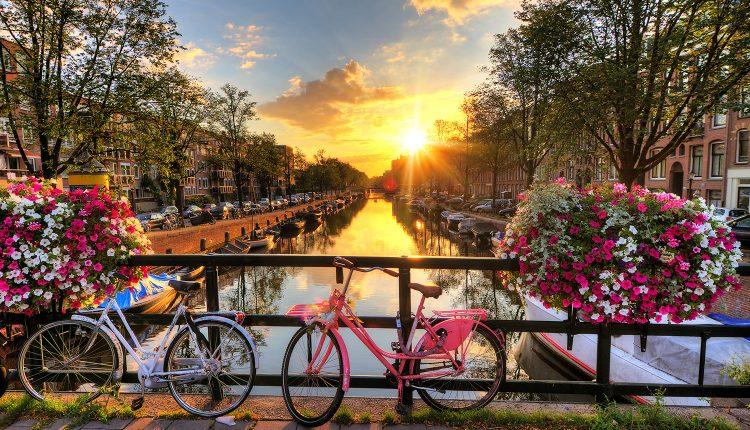 Amsterdam: 2 bis 5 Tage im hippen 4*Hotel mit Frühstück und Grachtenrundfahrt ab 49€