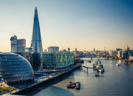 Städtetrip: 4 Tage London im schwimmenden 4*Hotel inkl. Flügen ab 108€