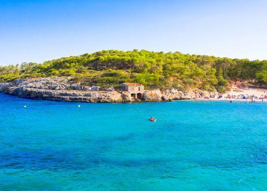 Last Minute: Eine Woche Cala Millor im 4* Hotel mit All In, Flug, Rail&Fly und Transfer ab 331€