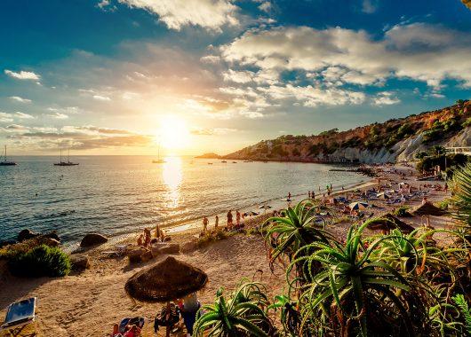 Eine Woche Ibiza im nagelneuen 4* Hotel inkl. HP, Flug, Rail&Fly und Transfer ab 363€