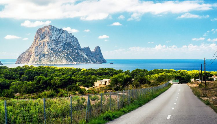 Frühbucher: Eine Woche Ibiza im 3* Hotel inkl. Frühstück, Flug, Rail&Fly und Transfer ab 367€