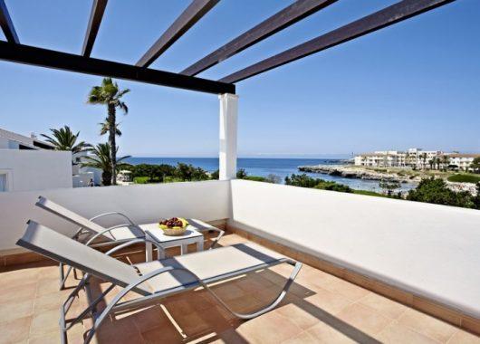 1 Woche Menorca im Oktober: 4* Apartment inkl. Frühstück, Flug, Rail&Fly und Transfer ab 417€