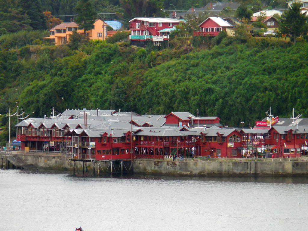 Blick auf die Fischrestaurants an der Costanera Puerto Montts