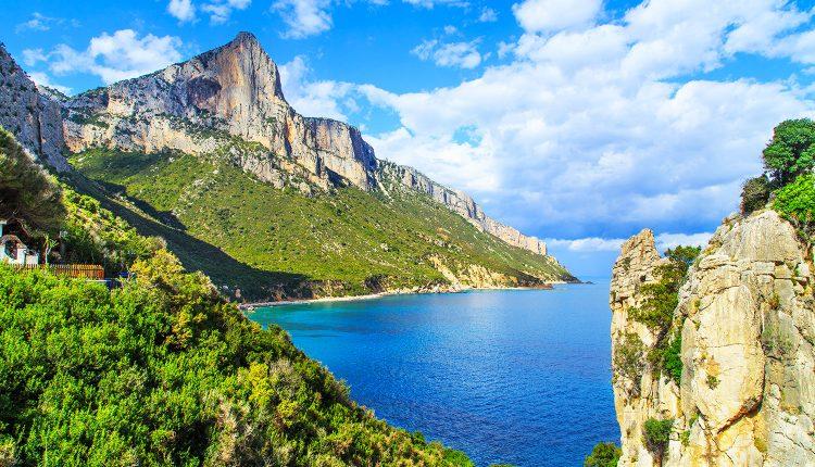 Frühbucher Sardinien: 1 Woche im 4*Hotel mit Flügen, Rail&Fly und Frühstück ab 325€