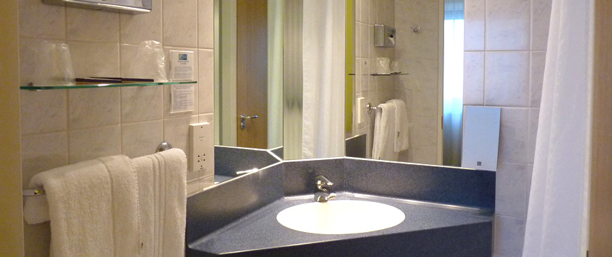 holiday_inn_express_london_croydon_bathroom
