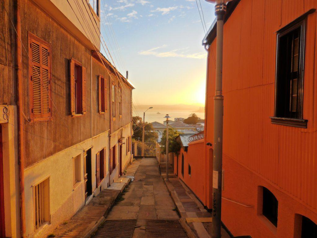 Sonnenaufgang in den Gassen von Valparaísos Altstadt
