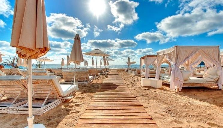 5 Tage im berühmten 5* Ushuaia Ibiza Beach Hotel inkl. Flug & Transfer ab 405€