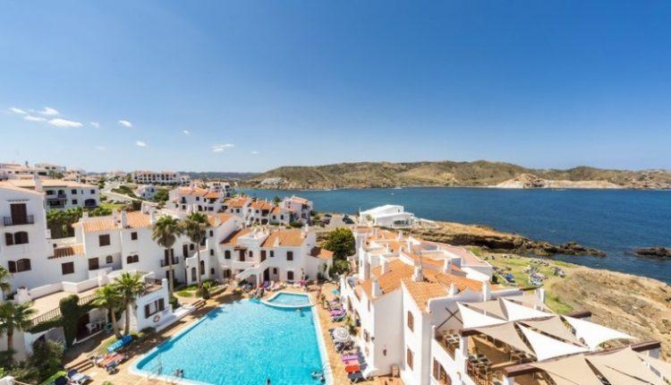 1 Woche Menorca im 3* Apartment inkl. Flug, Rail&Fly und Transfer ab 354€