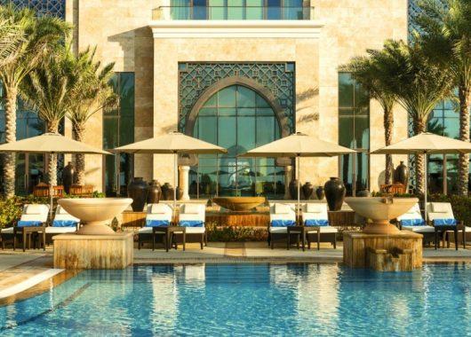 1 Woche Luxus im Emirat Ajman: 5* Resort inkl. Halbpension, Flug, Rail&Fly und Transfer ab 689€