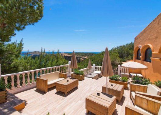 Herbst auf Ibiza: Eine Woche im 4* Hotel mit All In, Flug, Rail&Fly und Transfer ab 384€