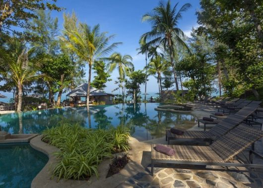 2 Wochen Khao Lak im 4* Resort inkl. Frühstück, Flug, Rail&Fly u. Transfer ab 921€
