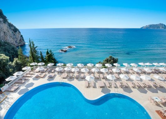 Early Bird: 1 Woche Korfu im 4* Resort mit Meerblick, All In, Flug und Rail&Fly ab 349€