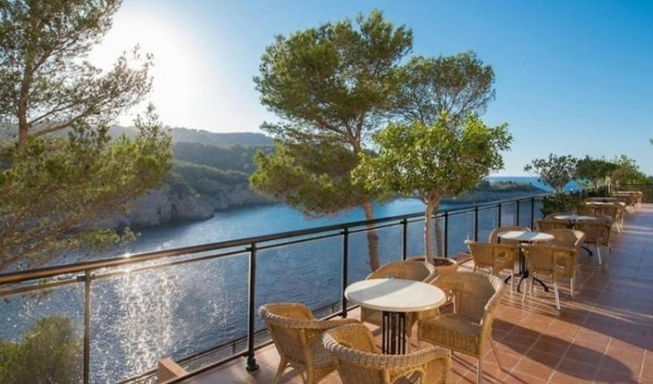 Frühbucher: Eine Woche Ibiza im 4* Hotel inkl. HP, Flug, Rail&Fly und Transfer ab 381€