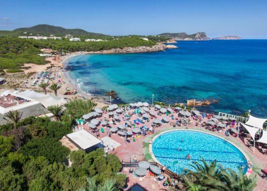 Ibiza im Mai: Eine Woche im 3* Hotel mit All In, Flug, Rail&Fly u. Transfer ab 459€
