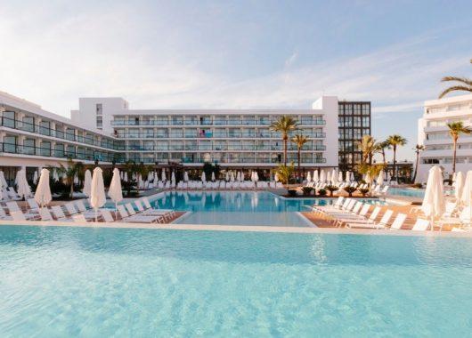 1 Woche Ibiza im 4* Hotel inkl. HP, Flug, Rail&Fly und Transfer ab 454€