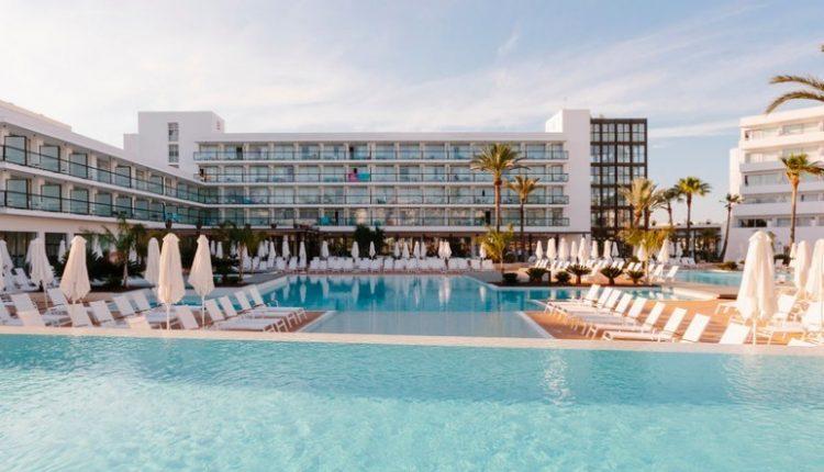 Eine Maiwoche auf Ibiza: 4* Hotel inkl. Halbpension, Flug & Transfer ab 444€