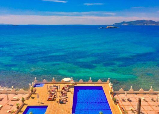 Eine Woche Ibiza im April: 4* Hotel inkl. HP, Flug, Rail&Fly und Transfer ab 440€