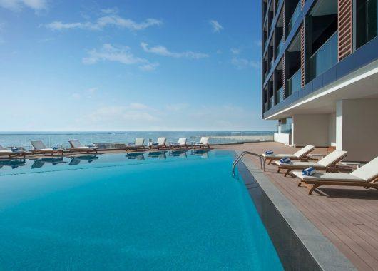 1 Woche Ajman im neuen 5* Hotel mit Meerblick, All In, Flug, Rail&Fly und Transfer ab 582€